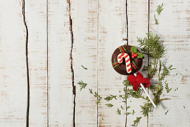 christmas donut on table - schnelles weihnachtsessen stock-fotos und bilder
