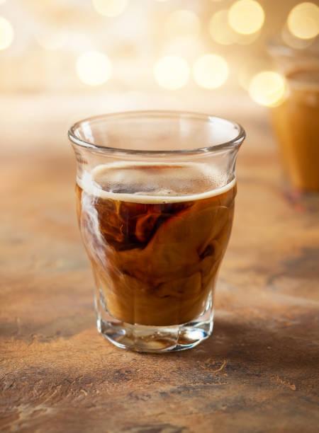 weihnachten-getränke - hausgemachter eiskaffee stock-fotos und bilder