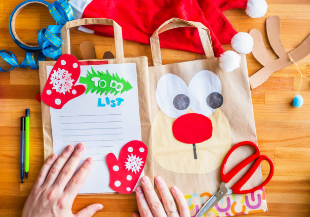 weihnachten ökologischen handwerk. recycling-taschen kunsthandwerk. - eco bastelarbeiten stock-fotos und bilder
