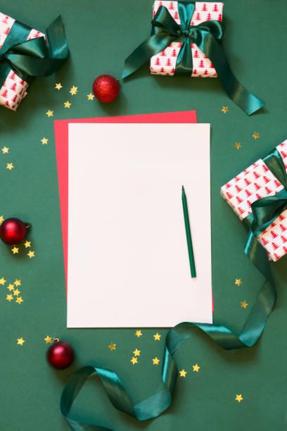 weihnachten leer leer für letter to santa oder ihrer wunschliste, advent aktivitäten auf grün. ansicht von oben. - adventgeschichte stock-fotos und bilder