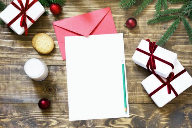leer leer weihnachtsbrief für santa claus mit mit milch, cookies. ansicht von oben und platz für ihren text. - weihnachts wunschliste stock-fotos und bilder