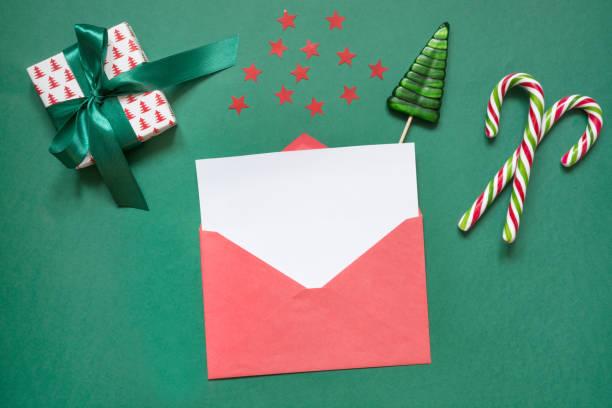 leer leer weihnachtsbrief an santa oder einladung auf grün. ansicht von oben. - nikolaus geschichte stock-fotos und bilder
