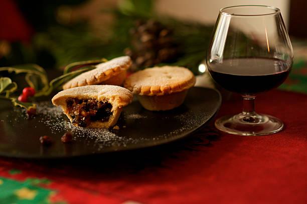 christmas english mince pie and mulled wine glass - glühwein stok fotoğraflar ve resimler