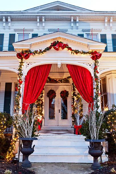 weihnachten eingang des viktorianischen haus - deko hauseingang weihnachten stock-fotos und bilder