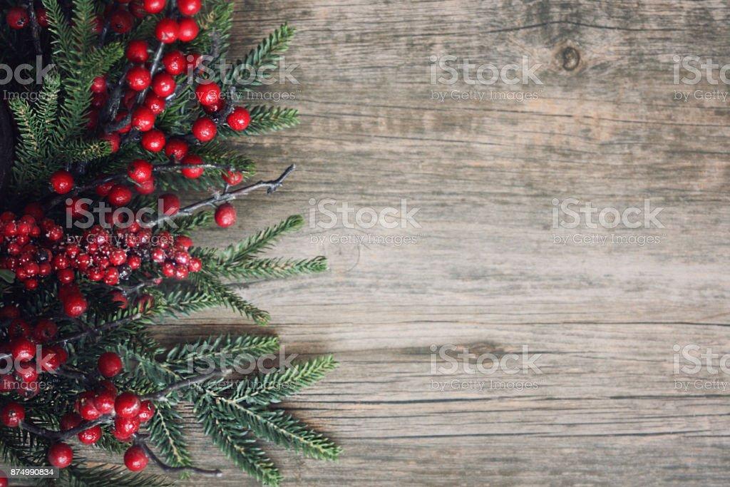 Árbol de hoja perenne de Navidad ramas y bayas sobre madera - foto de stock