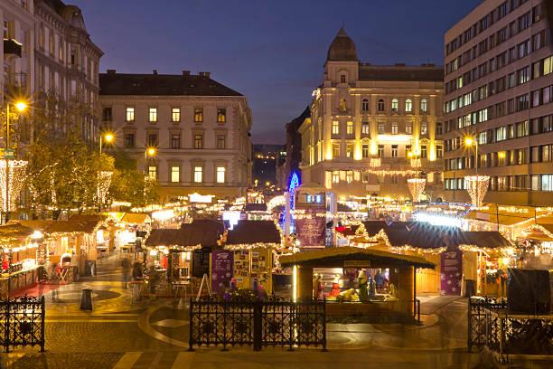 weihnachtsmarkt vor dem saint stephen's basilica - adventgeschichte stock-fotos und bilder