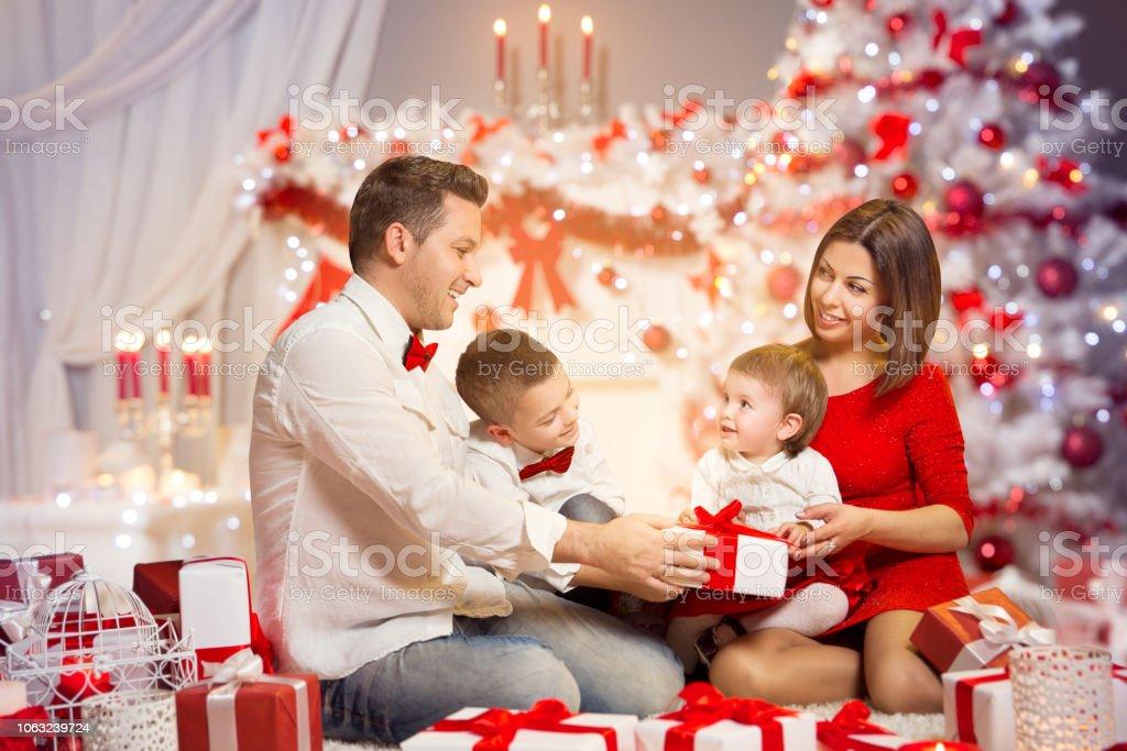 Geschenkideen Familie Weihnachten.Weihnachten Familie Präsent Geschenk Vorne Offen Der Weihnachtsbaum