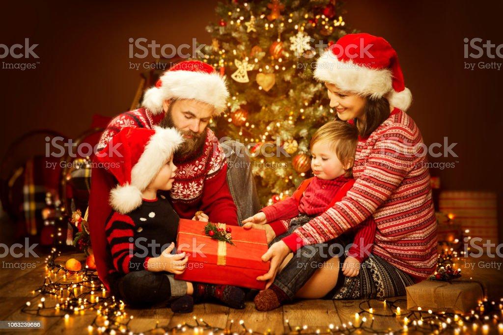 Geschenkideen Familie Weihnachten.Weihnachten Familie öffnen Geschenk Weihnachtsbaum Und Geschenke