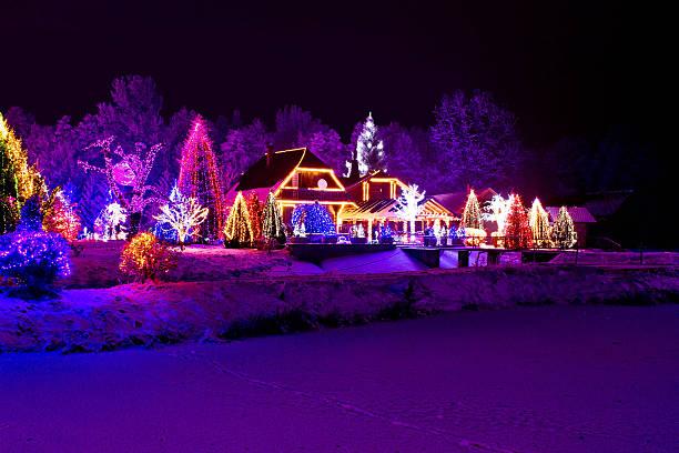 weihnachten fantasy-park, forest & lodge in weihnachten lichter - weihnachtlich beleuchtete häuser stock-fotos und bilder