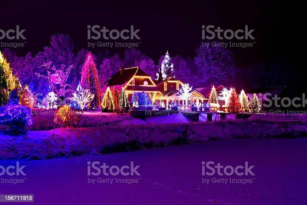 Christmas Fantasy Park Forest Lodge In Xmas Lights Stockfoto en meer beelden van Bevroren