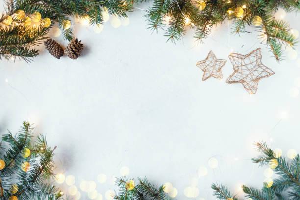 jul festlig bakgrund. gran grenar, girlander, nyårs leksaker på en trä bakgrund - cozy at christmas bildbanksfoton och bilder
