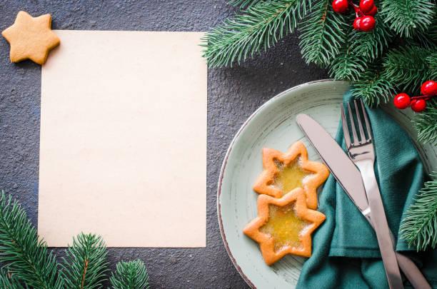 tavolo festivo natalizio con decorazioni di natale. sfondo natalizio per scrivere il menu. - pranzo di natale foto e immagini stock