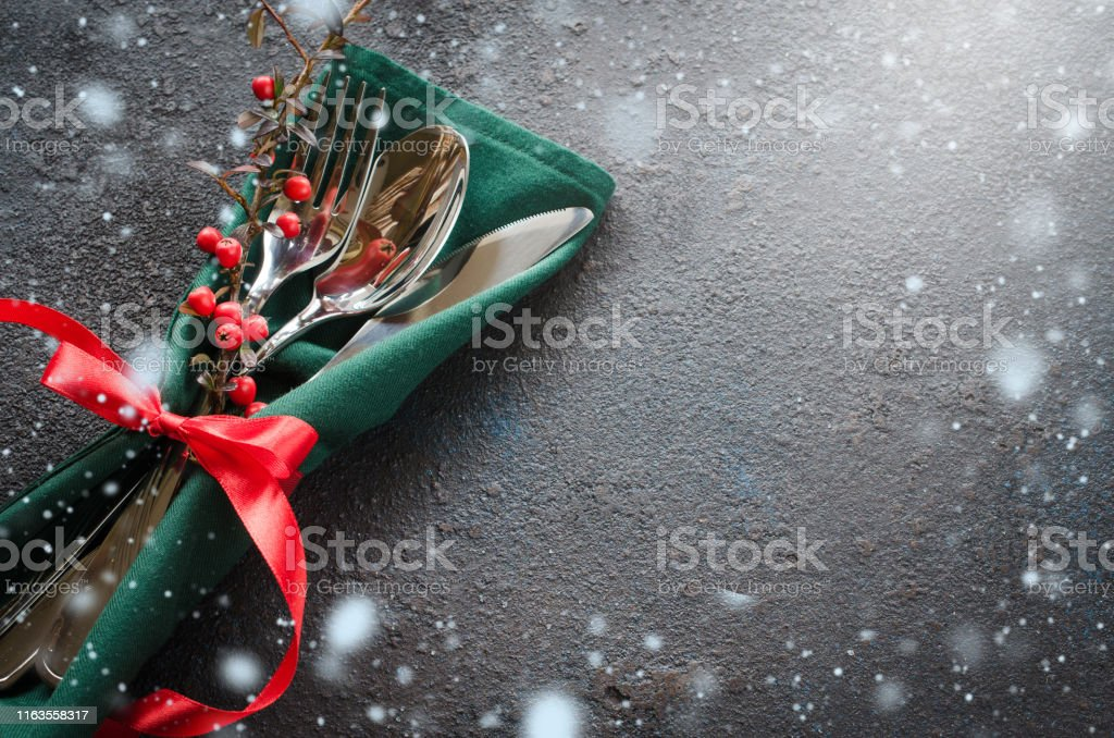 Christmas festive table setting with xmas decorations. Christmas background in rustic stile. - Foto stock royalty-free di Abete