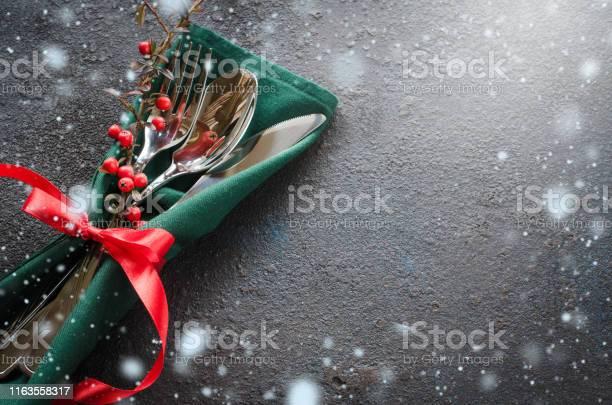 Christmas Festive Table Setting With Xmas Decorations Christmas Background In Rustic Stile - Fotografie stock e altre immagini di Abete