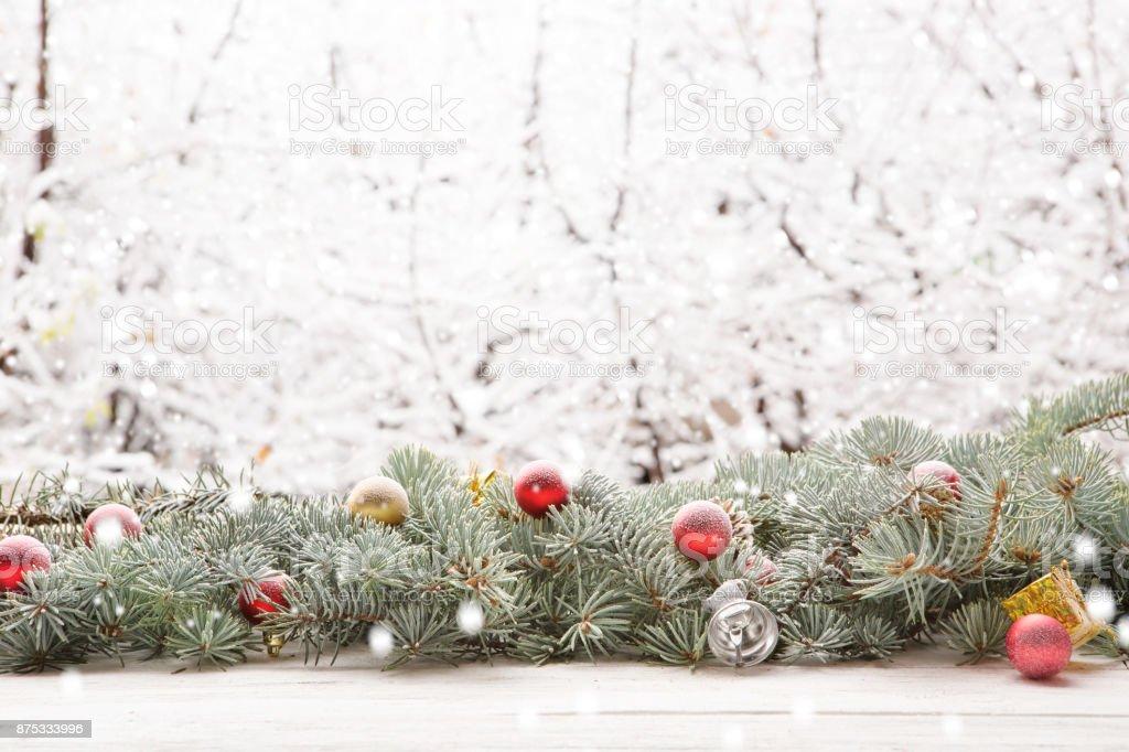 Weihnachtsbaum Schneit.Weihnachtsbaum Tanne Kranz Auf Holzbrett Auf Fensterbank über Die