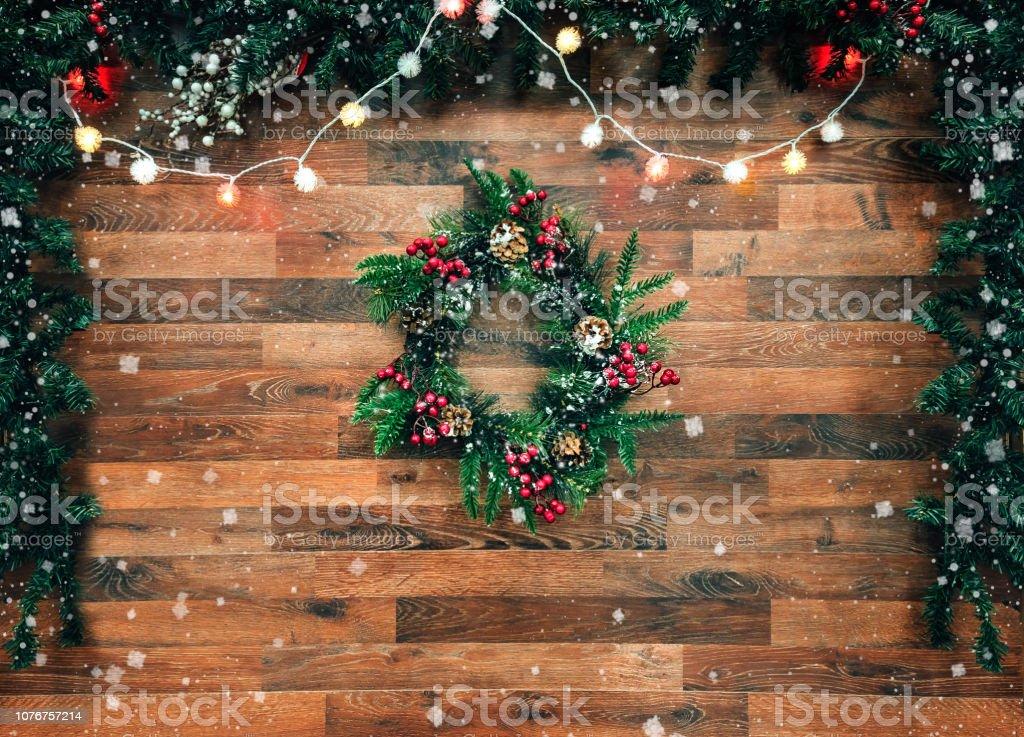 Adventskranz Aus Christbaumkugeln.Weihnachtsbaum Tanne Garland Mit Christbaumkugeln Auf