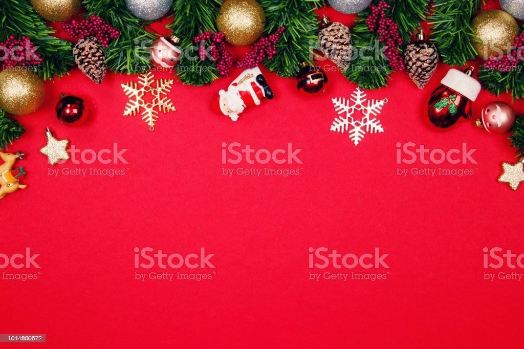 Kugel Für Tannenbaum.Weihnachten Tannenbaum Mit Ornament Kugel Dekoration Auf Rotem Grund