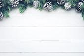 白い木の松枝装飾クリスマスのモミの木。