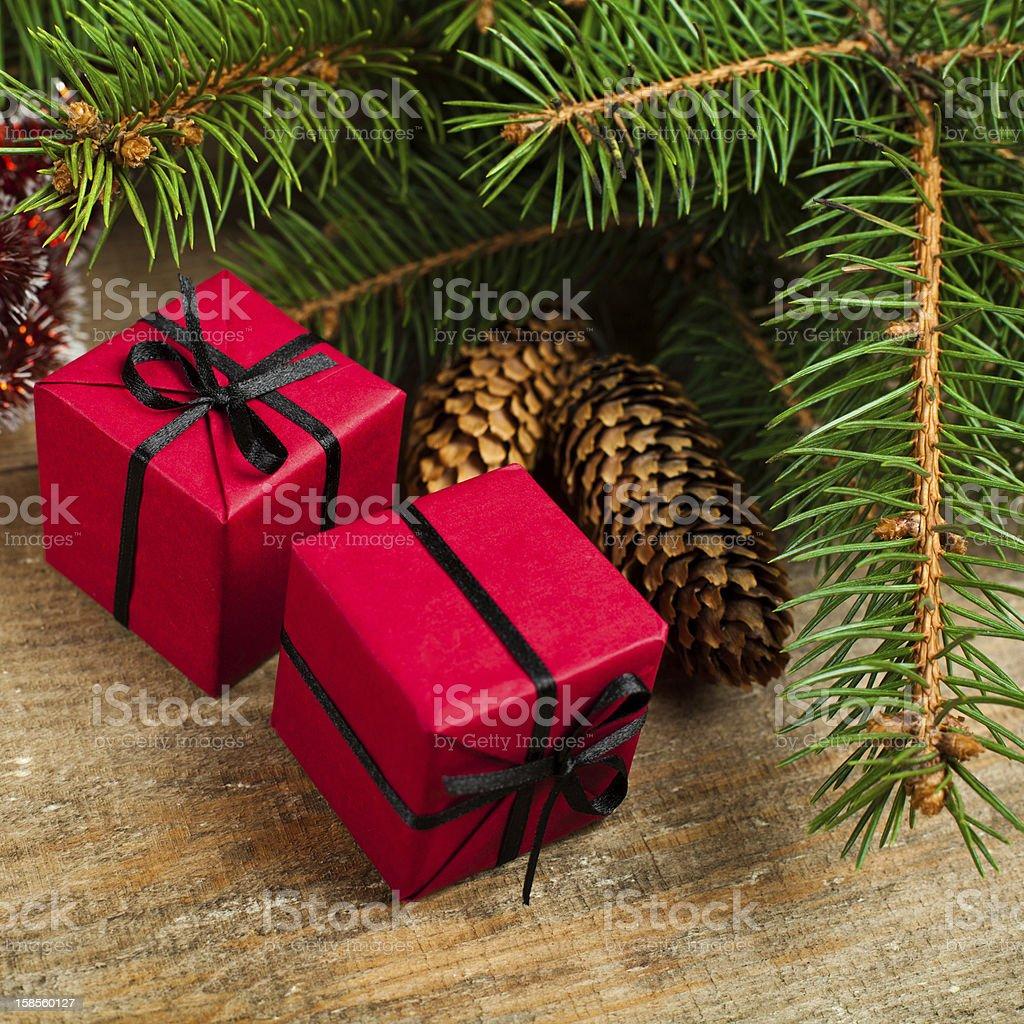 크리스마스 전나무 (pinecones 및 장식 박스 royalty-free 스톡 사진