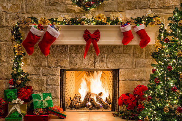 christmas fireplace, tree, stockings, fire, hearth, lights, and decorations - fireplace stockfoto's en -beelden