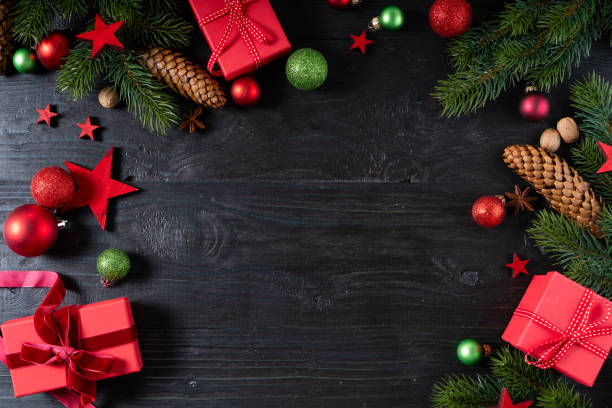 weihnachten flache laienszene mit goldenen dekorationen - günstige weihnachtsgeschenke stock-fotos und bilder