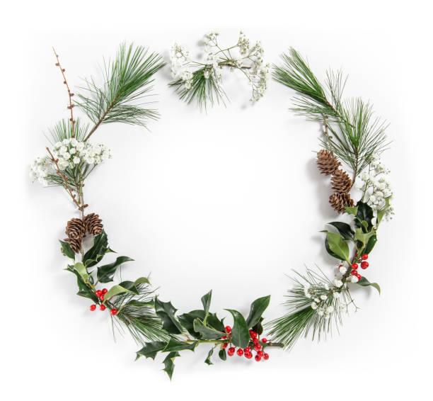 フラットのクリスマス レイアウト モチノキの葉の花輪松の木の枝 - リース ストックフォトと画像
