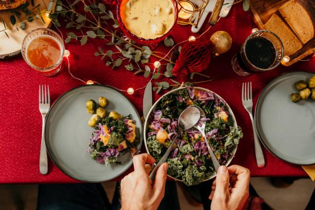 weihnachten essen smorgasbord grünkohl salat - esszimmer buffet stock-fotos und bilder