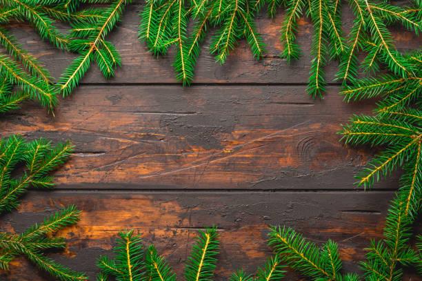 Fondo marco de Navidad. Ramas de abeto de Navidad en tablero de madera rústica marrón con espacio de copia - foto de stock