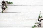 クリスマス フレーム製モミの葉し、パイン コーン ホワイト木製ボードに装飾の素朴な要素