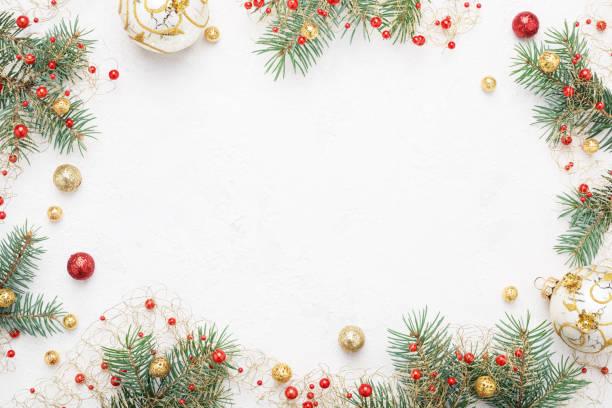 Weihnachten-Rahmen Fichte und roten & gold Weihnachtsdekorationen auf Lichtraum. – Foto