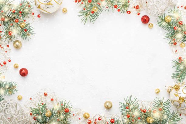 cornice natalizia di abete rosso, decorazioni natalizie rosse e dore su spazio bianco. - flat lay foto e immagini stock
