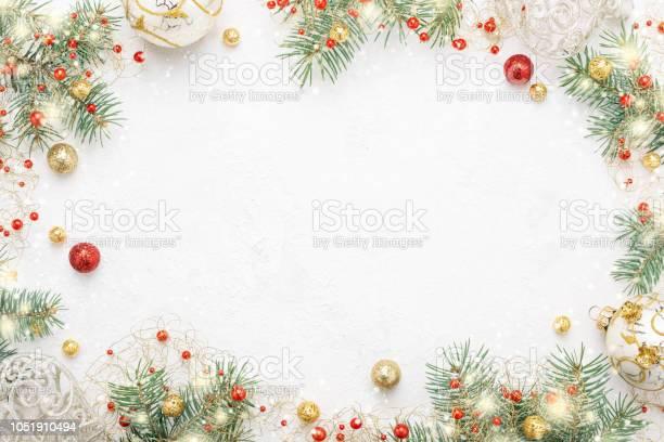 Christmas Frame Of Spruce Red Gold Christmas Decorations On White Space - Fotografie stock e altre immagini di Accogliente