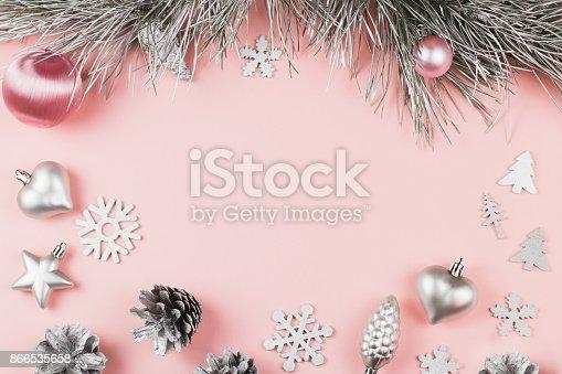 Weihnachtenrahmen mit tannenzweigen nadelbaum zapfen weihnachtskugeln und silberschmuck auf - Weihnachtskugeln pastell ...