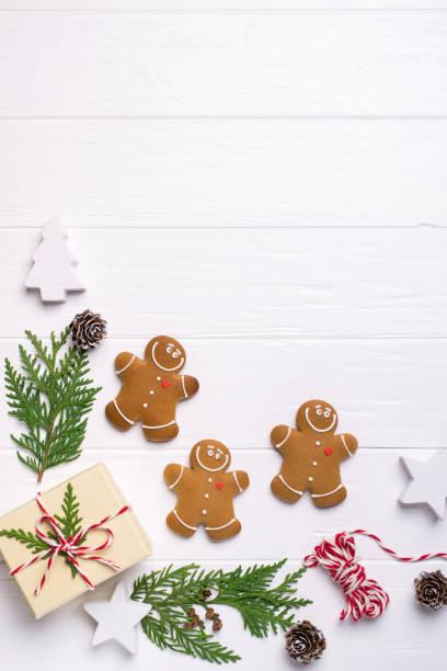 weihnachten-rahmen mit lebkuchen, weihnachtsbaum, tannenzapfen, spielzeug. platz für text zu kopieren. winterurlaub. weihnachten-mock-up - backrahmen stock-fotos und bilder