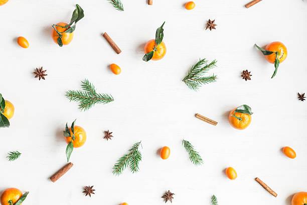 christmas frame with tangerines, fir branches, cinnamon sticks, anise star - weihnachtsessen ideen stock-fotos und bilder