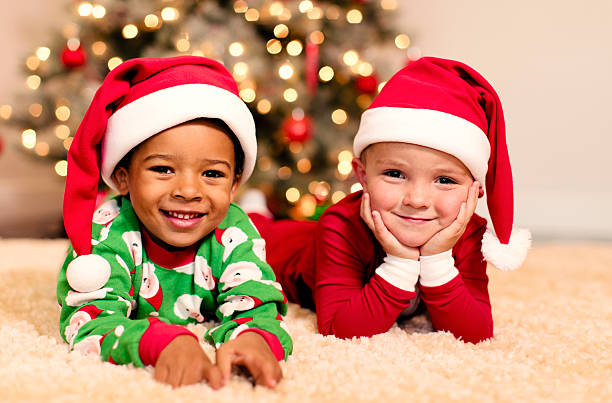 weihnachten freunden - kinder weihnachtsfilme stock-fotos und bilder