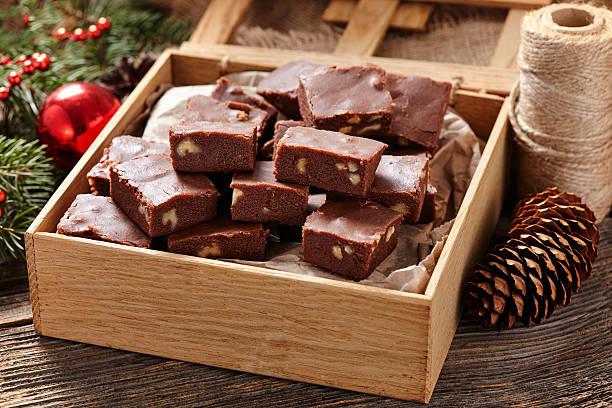 christmas fudge traditional homemade chocolate sweet dessert food in wooden - fudge stockfoto's en -beelden