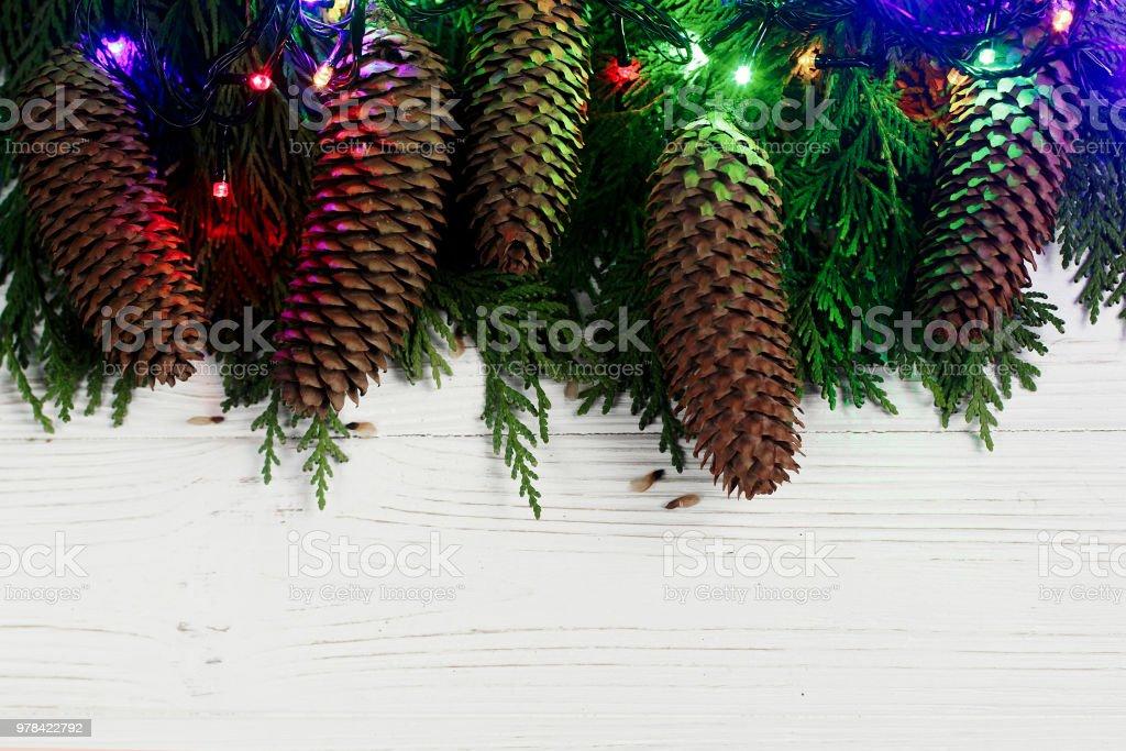 Weihnachtsbeleuchtung Tannenzapfen.Girlande Weihnachtsbeleuchtung Und Tannenzapfen Auf Den