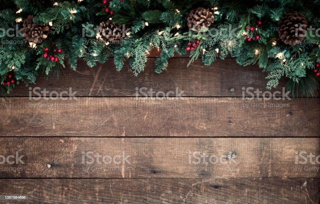 Weihnachtsgirlande auf einem alten hölzernen Hintergrund – Foto