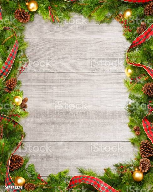 Christmas garland on whitewashed boards picture id1067671324?b=1&k=6&m=1067671324&s=612x612&h=ljuy9kazo72bgtfwvbi5it27fil mlbq3xy8q3j7h8q=