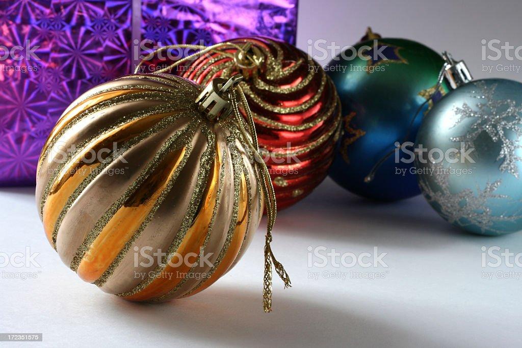 Bolas de Navidad y regalos foto de stock libre de derechos