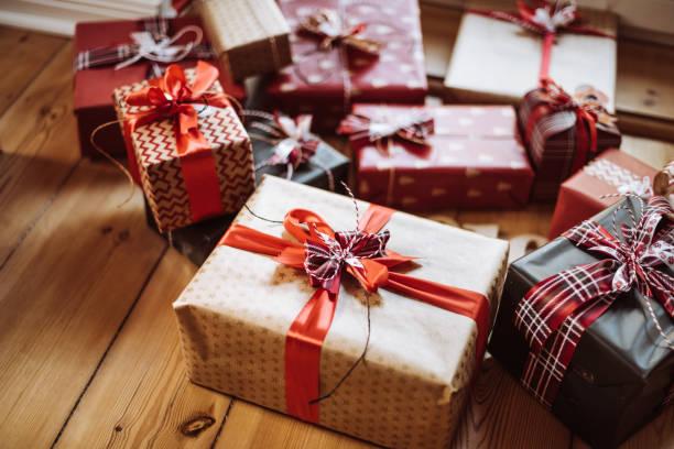 prezent świąteczny w domu - gift zdjęcia i obrazy z banku zdjęć