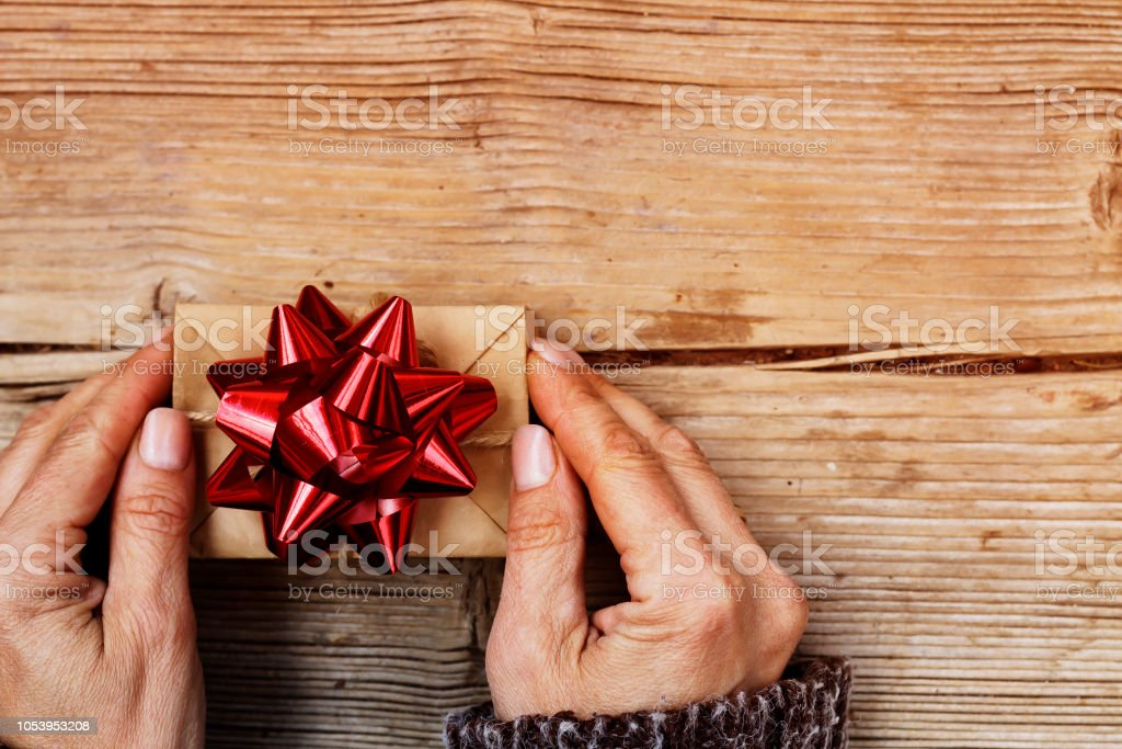 Natal, caixa de presente, handmade, Natal, mãos de mulher, de madeira backgraund, cópia espaço, vista superior - foto de acervo