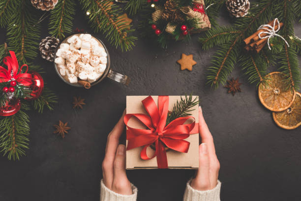 christmas presentbox i kraftpapper med rött band - christmas presents bildbanksfoton och bilder