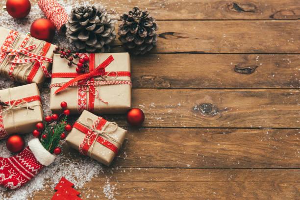 weihnachts-geschenk-box auf holztisch. draufsicht mit platz für ihre grüße - weihnachtssterne aus papier stock-fotos und bilder
