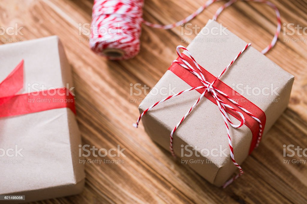 Christmas gift box with fir branches on a wooden background Lizenzfreies stock-foto