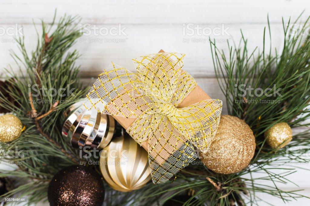 Weihnachtsbaum Ast.Weihnachtsgeschenkbox Mit Band Bogen Und Ast Weihnachtsbaum Und Ball Spielzeug Und Kegel Auf Weißem Holz Stockfoto Und Mehr Bilder Von Abstrakt