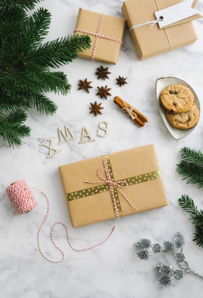 weihnachts-geschenk-boxen mit themen winterdekorationen - shabby deko stock-fotos und bilder