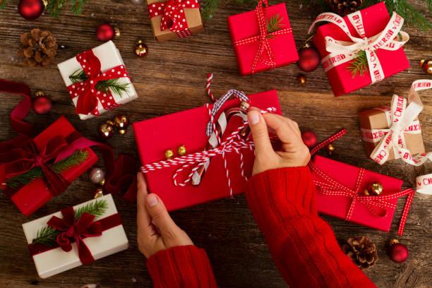 christmas gift giving - avvolgere foto e immagini stock