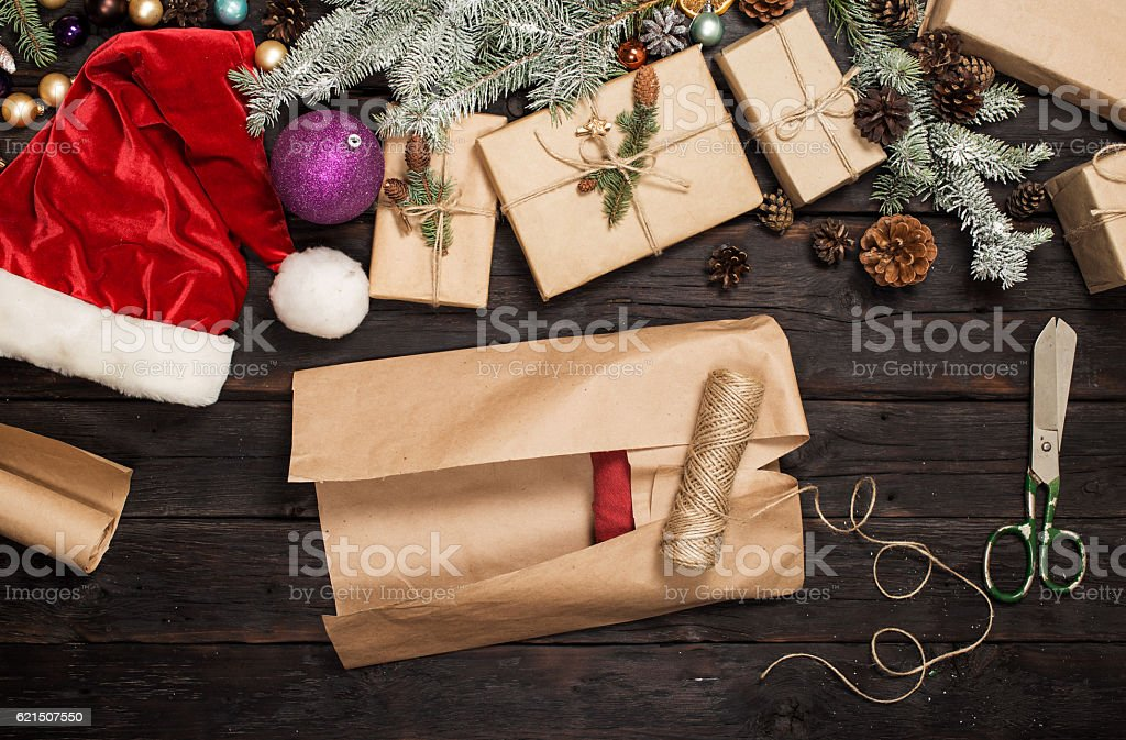Christmas gift in wrapping paper on a wooden table photo libre de droits